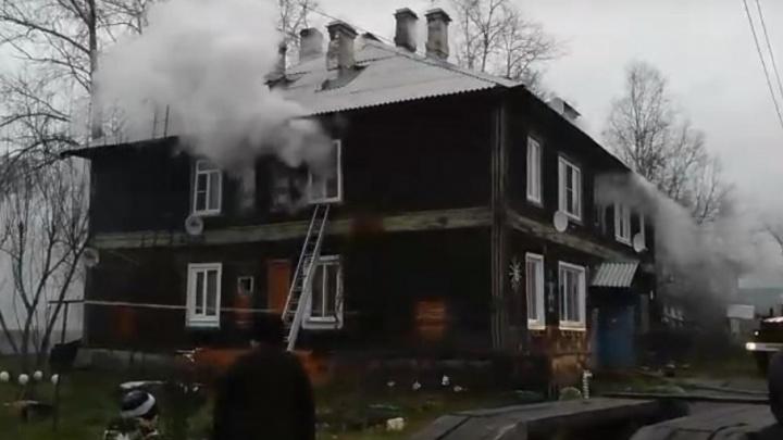 На Левом берегу огонь полностью «съел» квартиру в деревянном доме