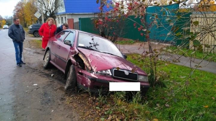 Малиновую «Шкоду» отбросило на обочину после ДТП: пострадал водитель