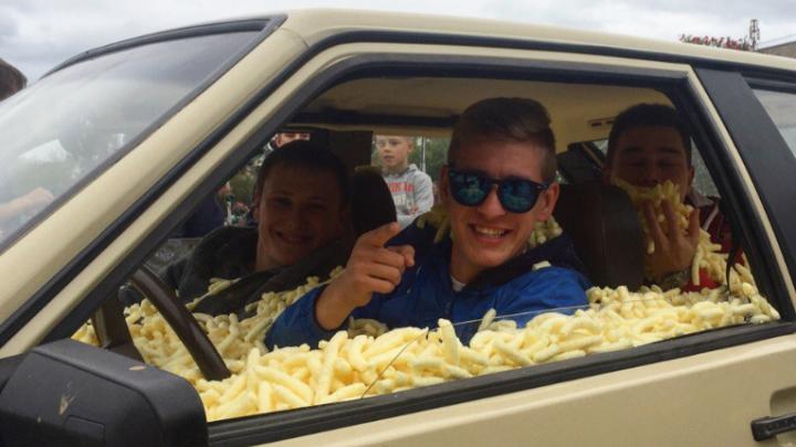 «Кукурузомобиль» в Перми: трое пермяков проехали по городу в машине, набитой кукурузными палочками