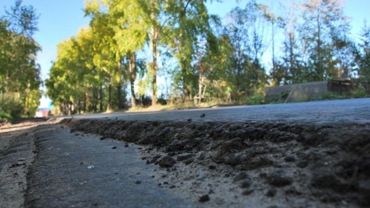 Дорожники выровняли дороги в Архангельске асфальтовой крошкой