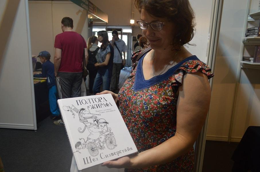Хоть в этой книге и не цветные иллюстрации, но читать ее с ребенком все равно интересно