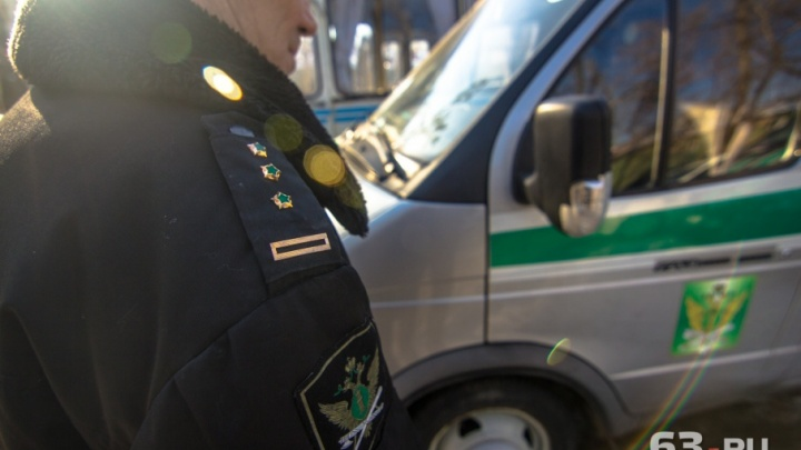 «Хочу троих мужчин»: в Новокуйбышевске должница за коммунальные услуги смутила приставов
