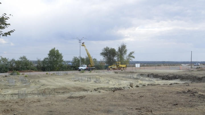 В ЦПКиО Волгограда готовят фундамент под колесо обозрения
