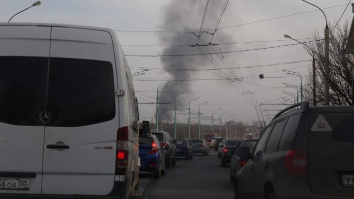 От центра до ракетного училища за 1,5 часа: из-за пожара встали два крупных проспекта Ярославля