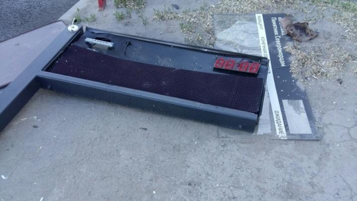 На остановке в Ворошиловском районе Волгограда снесли табло и вырвали новую плитку