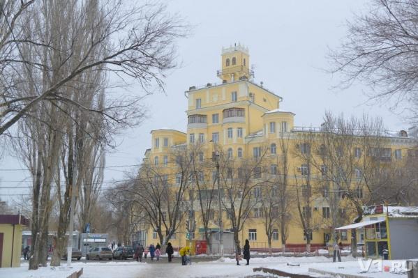 Управляющая компания не следит за одним из самых красивых домов Волгограда
