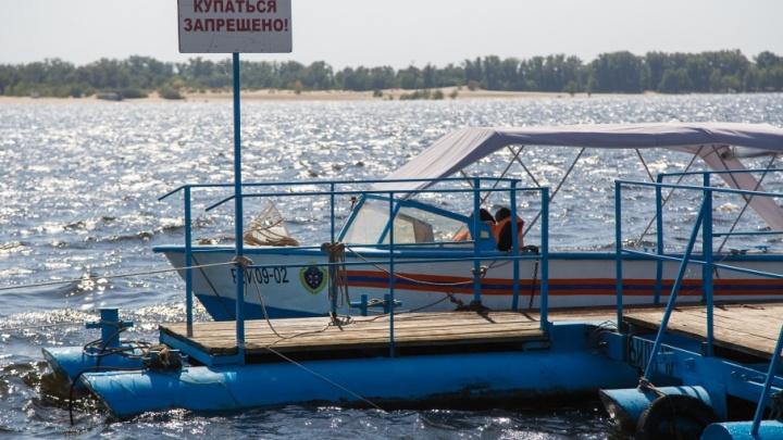 В Волгограде на Волге второй день бушует шторм