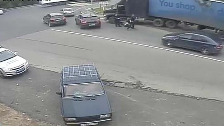 Выволокли за ноги: пьяный дальнобойщик из Челябинска напал на сотрудников ГИБДД