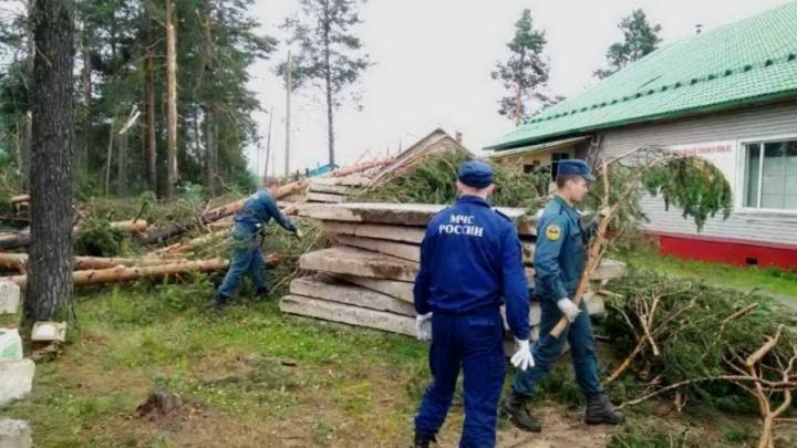 Спасатели и пожарные продолжают ликвидировать последствия ураганного ветра в Карпогорах