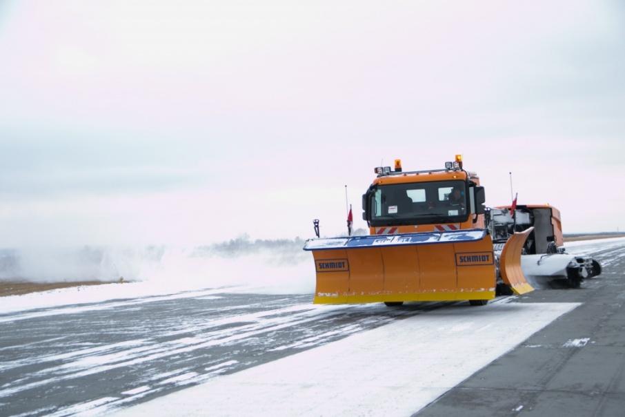 В прошлом году аэропорт приобрёл новый снегоуборщик, с помощью которого можно очистить взлётную полосу и перрон за 20 минут