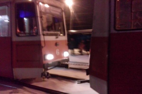 Трамвай отбуксировали в парк