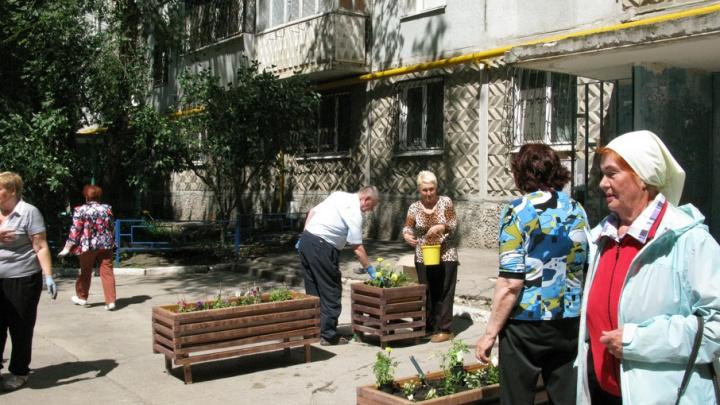В Самаре жильцы многоэтажки выставили вазоны с цветами на месте стихийной парковки