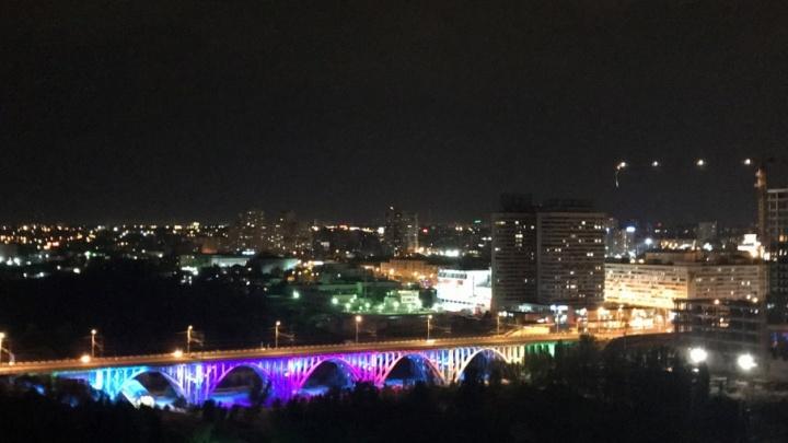 Волгоградцы бурно обсуждают сияние Астраханского моста