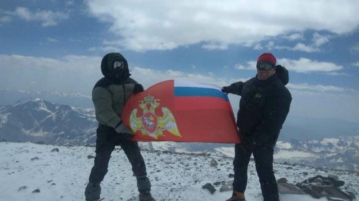 Покорили Эльбрус, несмотря на бурю: самарские альпинисты водрузили флаг Росгвардии на вершине горы