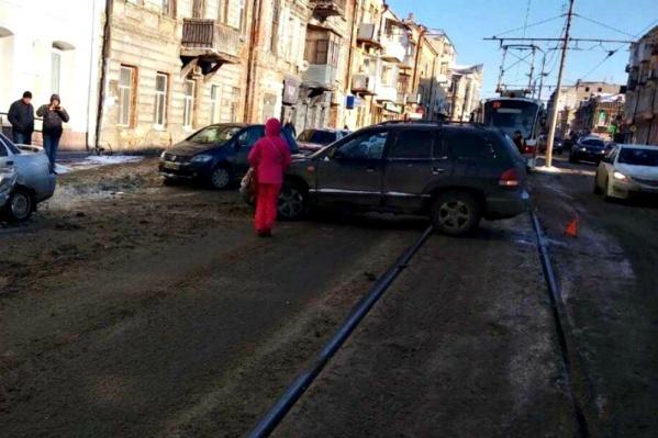 Иномарка перегородила движение трамваям