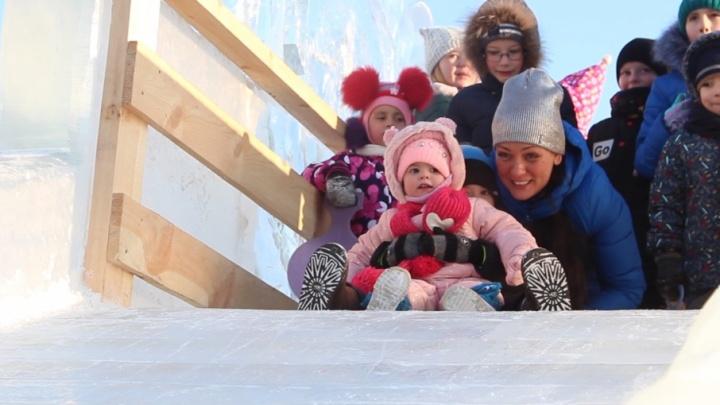 Испытано на детях: тестируем горки в главном ледовом городке Челябинска