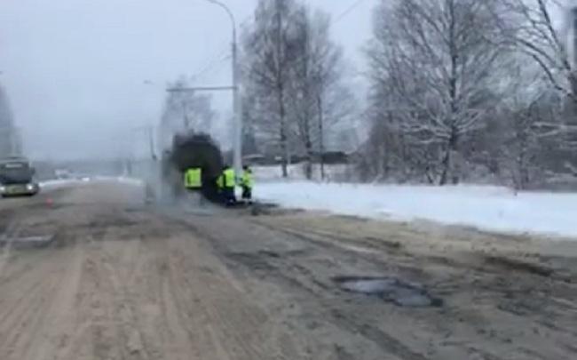 Ремонт дорог по-русски: асфальт кидали в снег и лужи