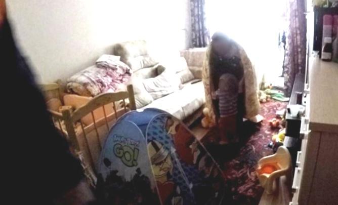 Кидали обувь и одеяло: в Ярославле двухлетняя девочка заперла маму на балконе