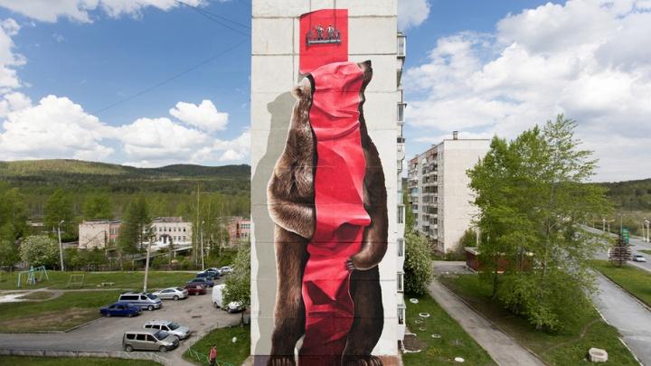 Гигантские вазоны и медведь ростом в 9 этажей: как художники «прокачали» Сатку
