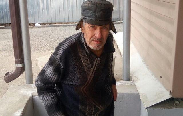 В Волгограде по железнодорожным путям бродил раздетый босой пенсионер без памяти