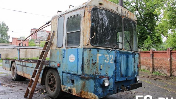 На нем возили двигатели и конфеты: в Перми из старого троллейбуса делают памятник