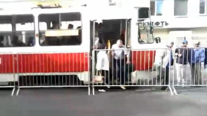 Ни зайти, ни выйти: самарцы пожаловались на металлические заборы у трамвайных остановок