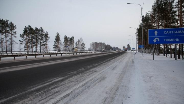 Тюменские спасатели отогрели водителя и 50 пассажиров автобуса, который из-за мороза заглох на трассе