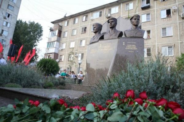 На открытии монумента побывали вдова и мать погибших героев