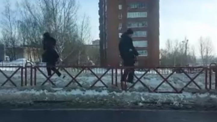Пешеходы-эквилибристы: ярославцы пробираются по снежным горам вместо тротуаров