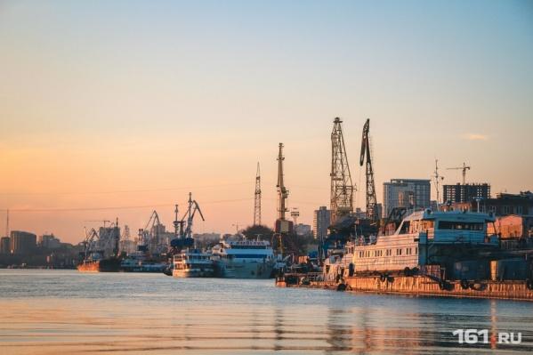 Сухогрузы столкнулись неподалеку от причала Усть-Донецкого порта
