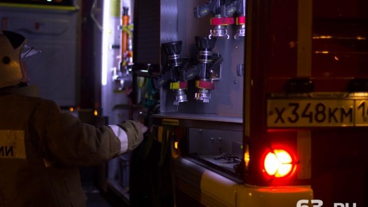 В Тольятти пожарные тушили подожженную на газоне Toyota