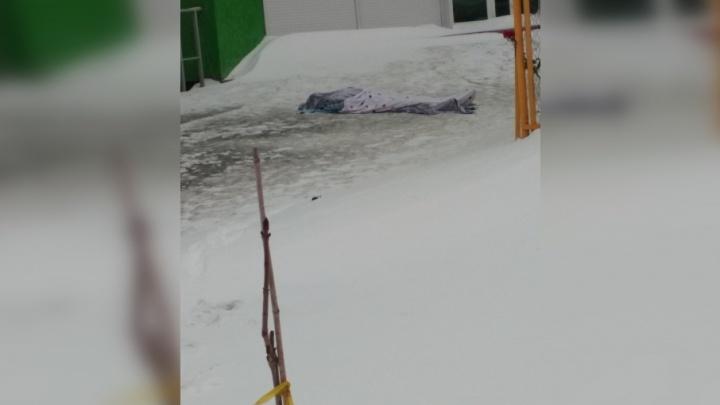 На улице Солнечной девушка выпала из окна многоэтажки и разбилась насмерть