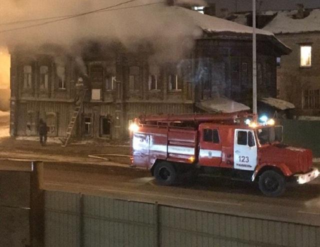 Огонь повредил второй этаж и крышу старого деревянного дома