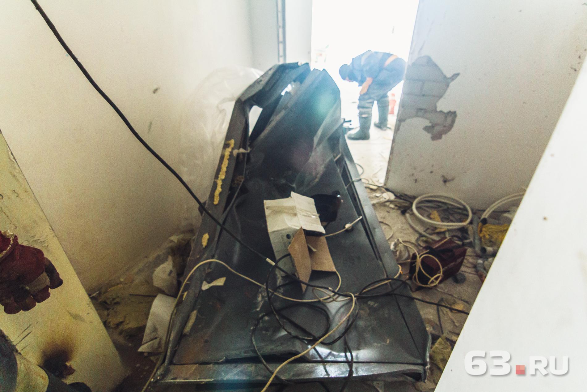 Дверь завалилась вовнутрь квартиры