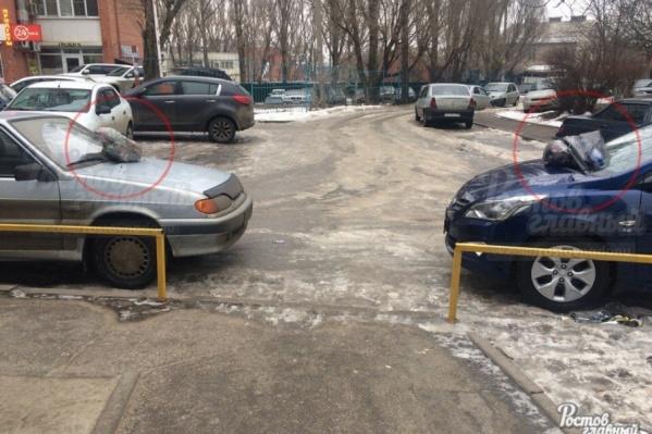 На машины из-за неудобной парковки положили мусор