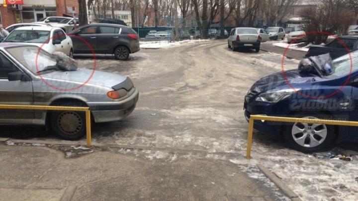 «Народный штраф»: ростовчане  «украсили» две машины пакетами с мусором