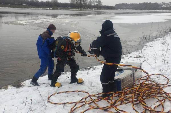 Водолазы очистили приемные камеры на Метелевской станции ото льда