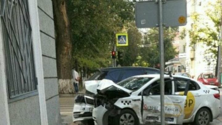На Серафимовича столкнулись такси и Mazda: пострадали два человека