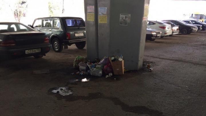 Парковку под Комсомольским мостом волгоградцы превратили в туалет и мусорку