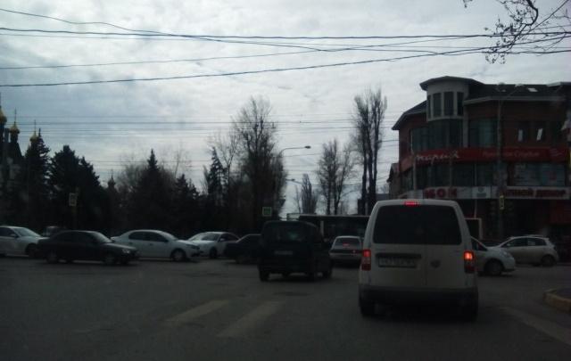 В нескольких районах Ростова одновременно сломались светофоры