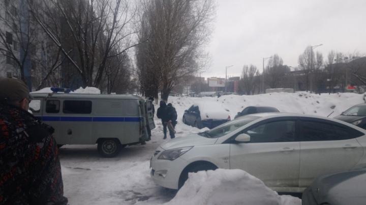 «Нашли подозрительный пакет»: полиция оцепила территорию на Аминева/Московском