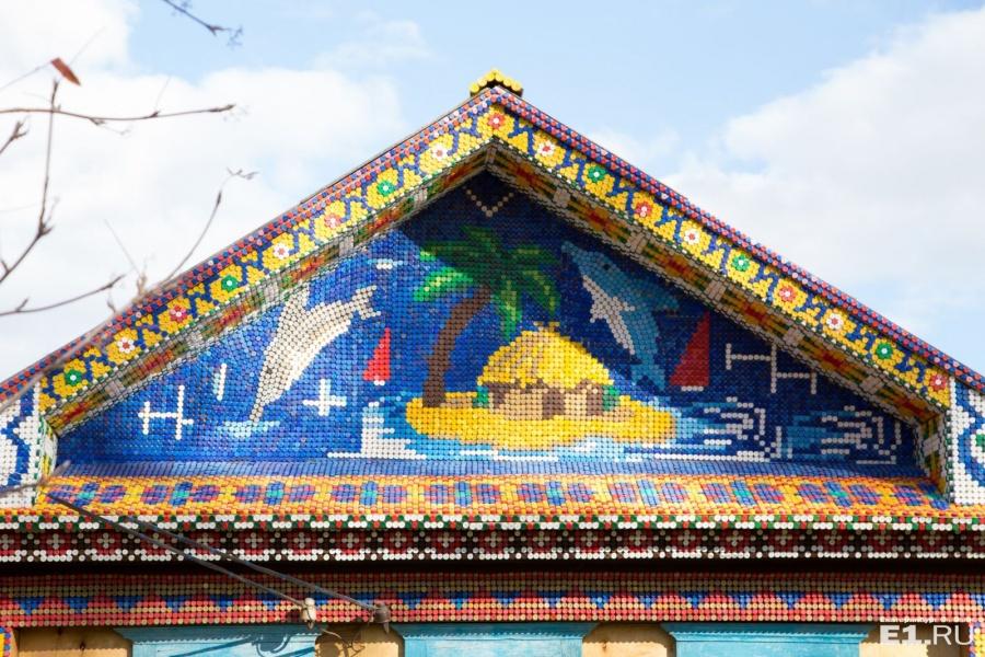 Последние три месяца Владимир Серебряков оформляет фасад дома