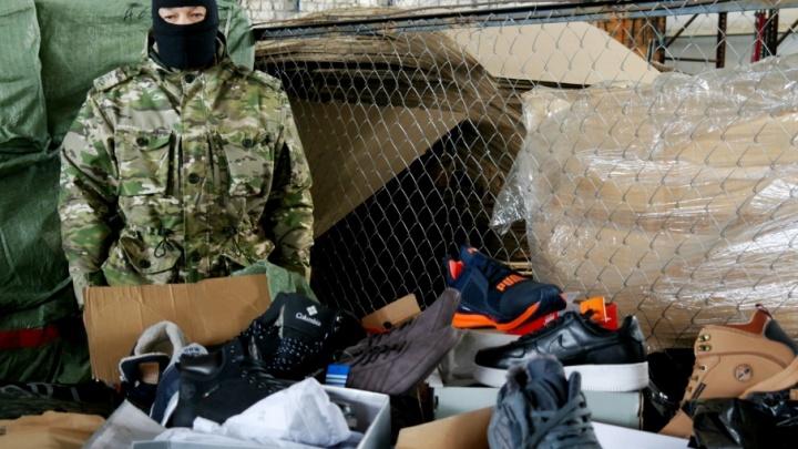 В Самару пытались завезти поддельные брендовые джинсы и куртки из Казахстана