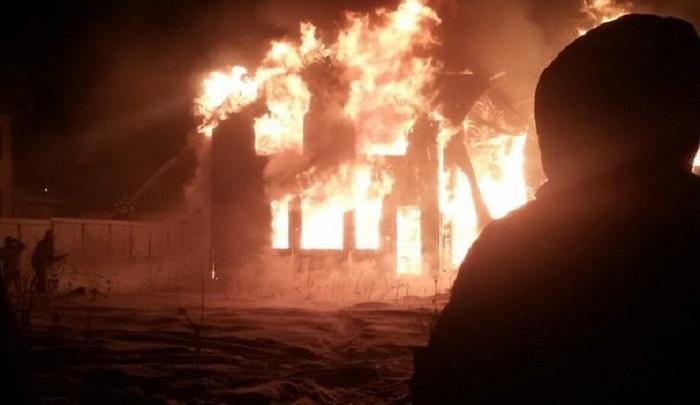 В тюменском посёлке Молодежный сгорел коттедж