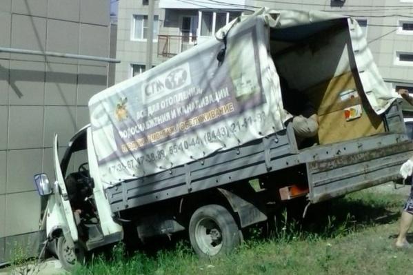 У грузовика произошел перевес