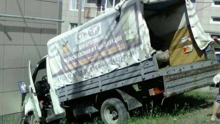 В Волгограде грузовик врезался в жилой дом