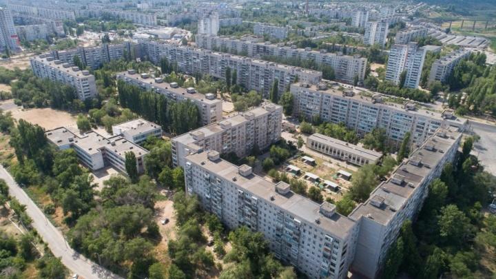 Мусор, домино и цветы: как живет волгоградский двор самого длинного в России дома?