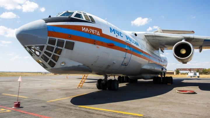 «Нас могут заменить только дожди»: самолеты МЧС продолжают тушить пожары под Волгоградом