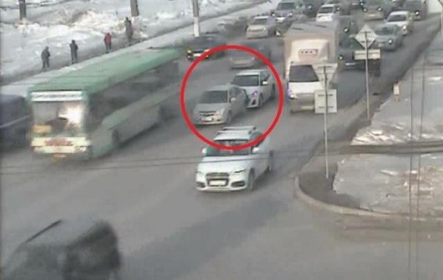 На перекрестке Чкалова и Героев Хасана образовалась пробка из-за аварии с двумя легковушками
