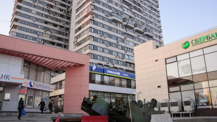 В Волгограде выставили наружу старые эскалаторы «Пионерской»